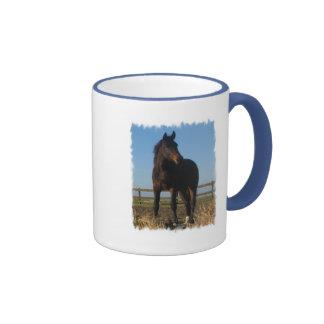 Taza de café del caballo de bahía