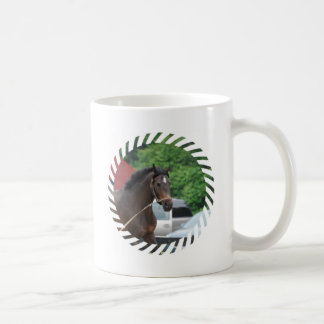 Taza de café del caballo de bahía que se lanza