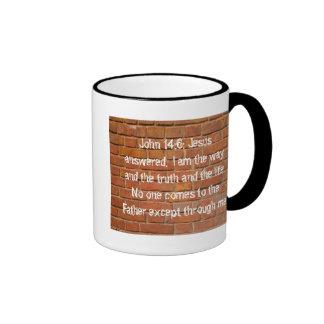 Taza de café del campanero de la pared de ladrillo