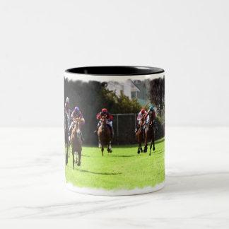 Taza de café del campo de la carrera de caballos
