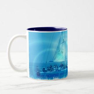 Taza de café del catamarán de la navegación