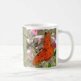 Taza de café del ciclo vital de la mariposa del