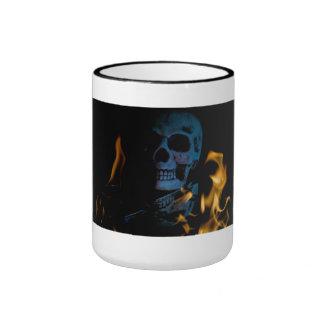 Taza de café del cráneo del calor muerto