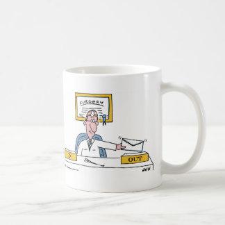Taza de café del dibujo animado del cirujano lindo