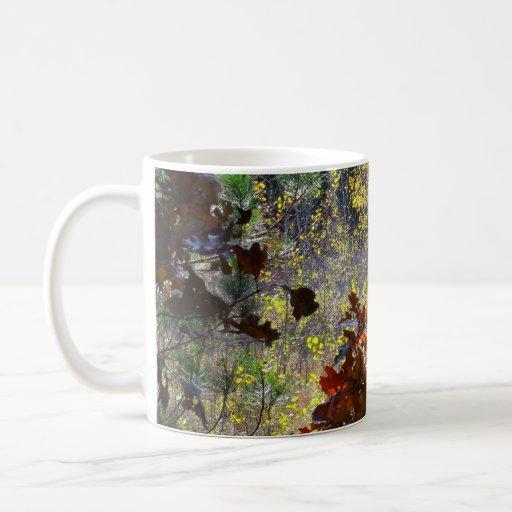 Taza de café del follaje del bosque de la caída