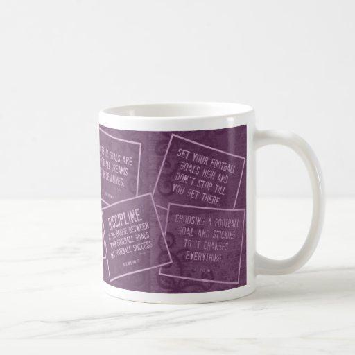 Taza de café del fútbol con citas en púrpura