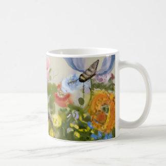 Taza de café del jardín de abril por las hebillas