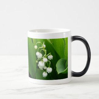 Taza de café del lirio de los valles