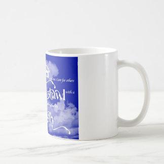 Taza de café del ministerio del mantón de rezo