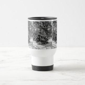 Taza de café del paisaje del invierno Nevado
