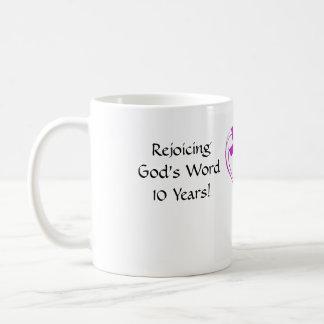 Taza de café del retratamiento de las mujeres de