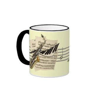 Taza de café del saxofón y de la música del piano