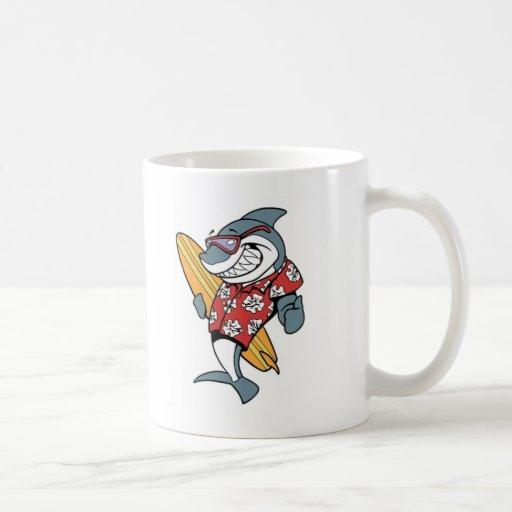 Taza de café del tiburón que practica surf