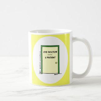 Taza de café divertida del oculista del dibujo ani