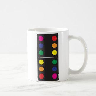 Taza de café doble del dominó del arco iris