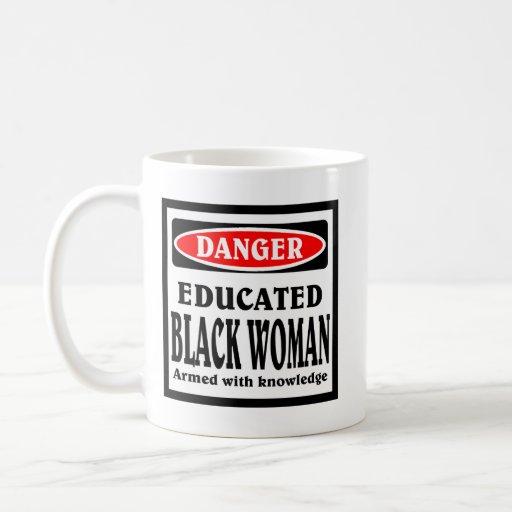 Taza de café educada de la mujer negra