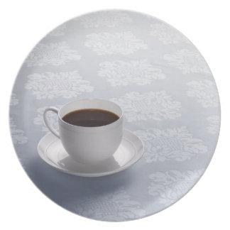 taza de café en la tabla platos para fiestas