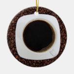Taza de café en una cama del ornamento de los gran adorno de navidad