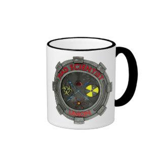 Taza de café enojada de la unión del científico