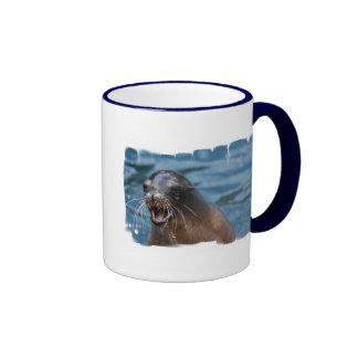 Taza de café enojada del león marino