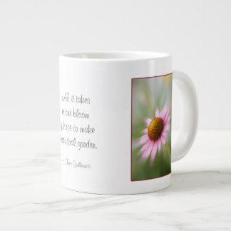 Taza de café enorme - flor rosada de la margarita taza grande