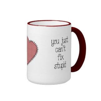 Taza de café estúpida del arreglo