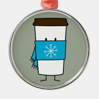 Taza de café feliz que lleva una bufanda adorno navideño redondo de metal