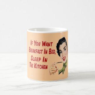 Taza de café feliz retra divertida del ama de casa
