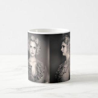 Taza de café femenina del Mugshot