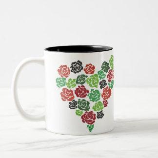 Taza de café floral de los rosas verdes y rojos