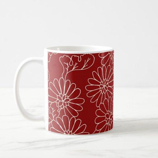 Taza de café floral roja y poner crema