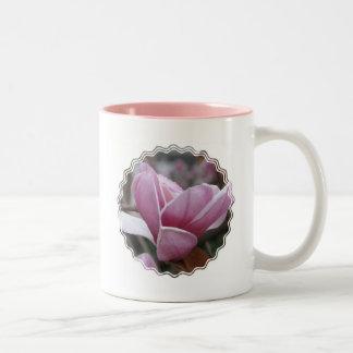 Taza de café floreciente del árbol de la magnolia