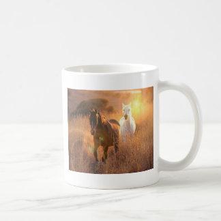 Taza de café galopante de los caballos salvajes