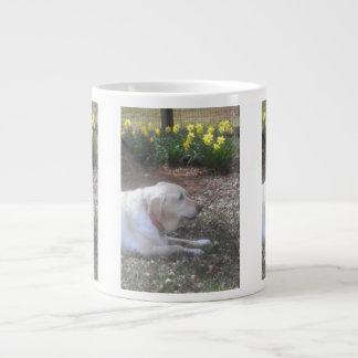 Taza de café gigante amarilla de Labrador