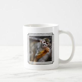 Taza de café hambrienta del mono de ardilla