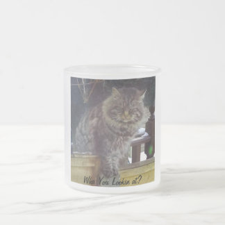 Taza de café helada gato enojado