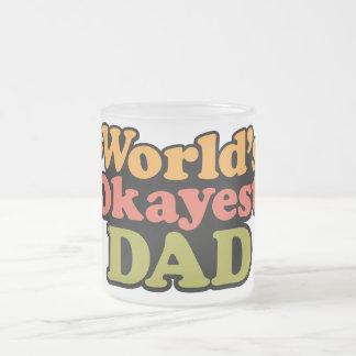 Taza de café helada papá de Okayest del mundo