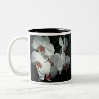 Taza de café hermosa de la orquídea