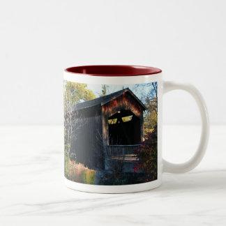 Taza de café histórica del puente cubierto del Ada