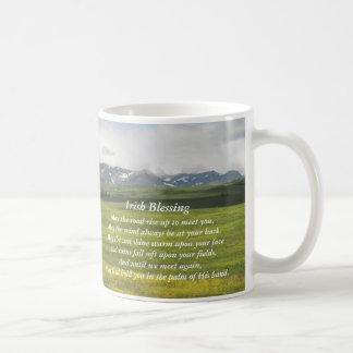 Taza de café irlandesa de la foto del valle verde