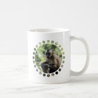 Taza de café juguetona del mono