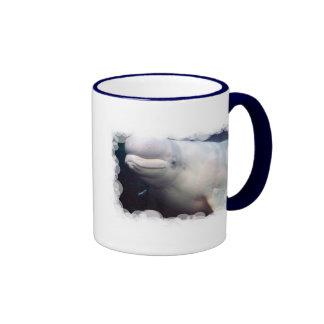 Taza de café linda de la ballena de la beluga