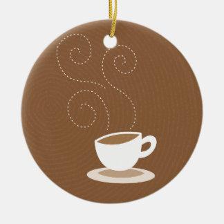 Taza de café linda en fondo marrón del modelo adorno redondo de cerámica