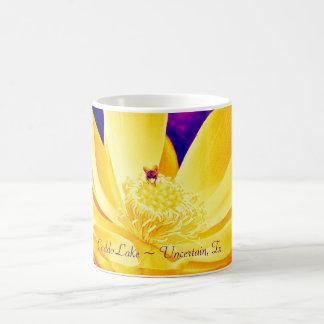Taza de café - lirio 001 del amarillo del arte pop