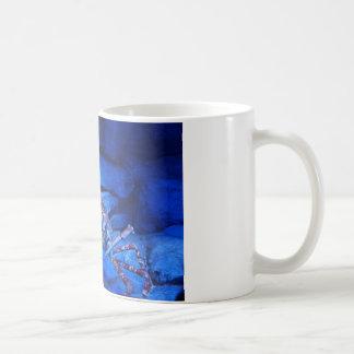 taza de café marina que muestra cangrejos