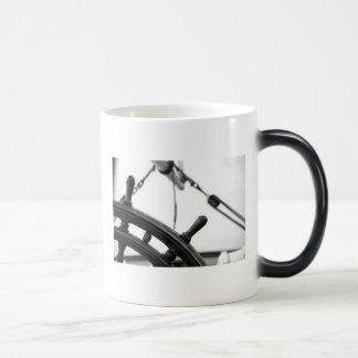 Taza de café marítima de la rueda de la nave del