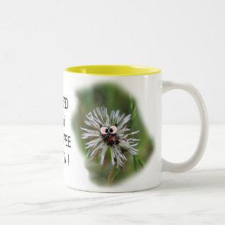Taza de café mojada chistosa del diente de león -