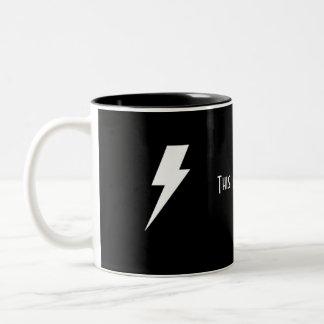 Taza de café negra de la bruja
