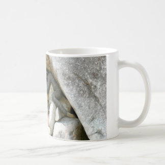 Taza de café negra de la serpiente de cascabel de