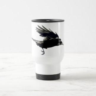 Taza de café negra del cuervo que vuela